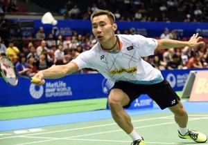 Lee Chong Wei mengembalikan shutle cock saat menghadapi Lin Dan dibabak kedua Japan Open pekan lalu